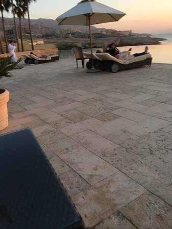 Kempinski Hotel Ishtar Dead Sea: area da piscina aquecida
