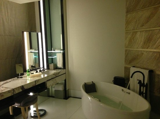Keraton at The Plaza, a Luxury Collection Hotel : Bathroom