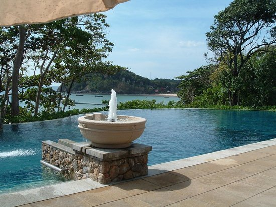 Pimalai Resort and Spa : The infinity pool in front of the restaurant on the lower hillside