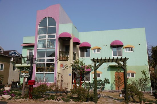 Bellus Rose Pension: Front View
