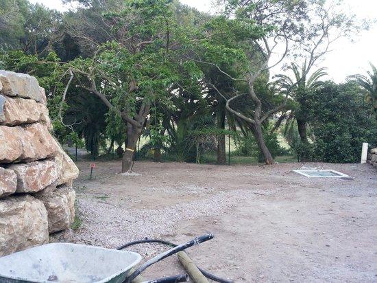 Yelloh! Village Domaine du Colombier : Emplacement A8 - a droite la fosse septique :(