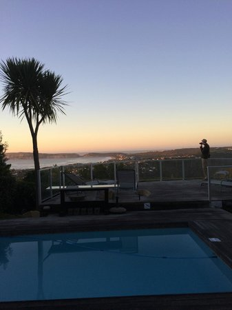 Bosavern Guest House: Morning sunrise view of pool/Plett Bay