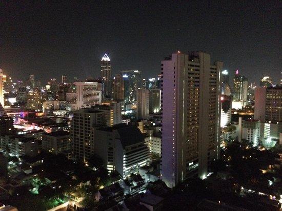 Fraser Suites Sukhumvit: Vue du balcon de nuit
