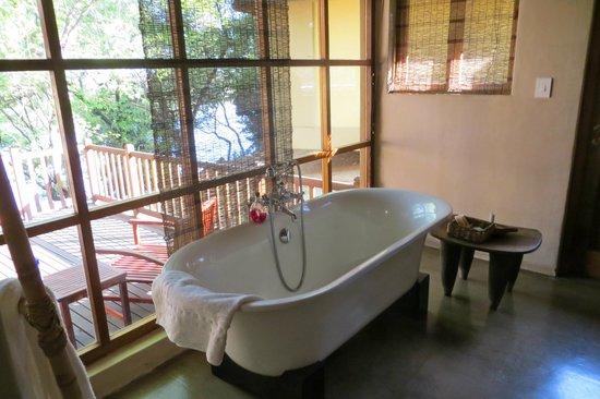 Divava Okavango Resort & Spa: bathroom overlooking deck and river