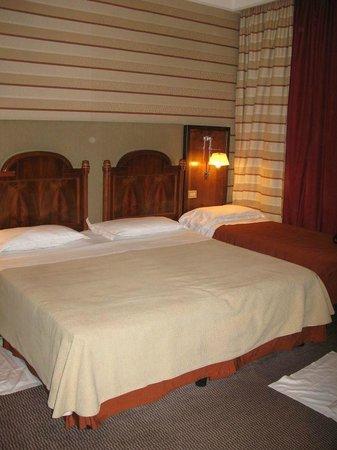 Hotel Mascagni: Chambre Double, très serrée avec lit d'appoint