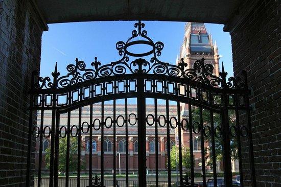 Harvard Square Hotel: Harvard Gates