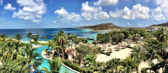 Hilton Curacao: Vue de notre chambre sur la plage, la baie et la piscine