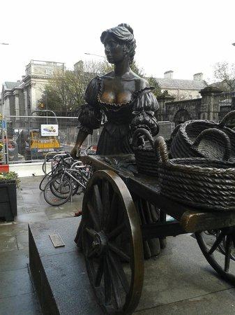 Molly Malone Statue: Molly Malone