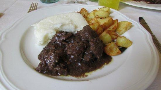 Locanda da Condo: brasato al vino rosso con polenta e patate