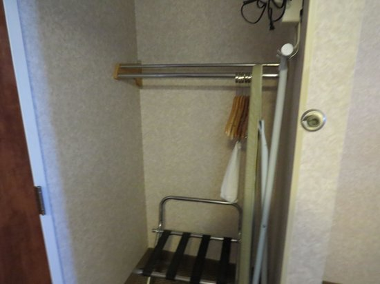 Baymont Inn & Suites Lexington: Closet