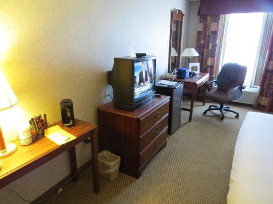 Baymont Inn & Suites Lexington: Old Type TV