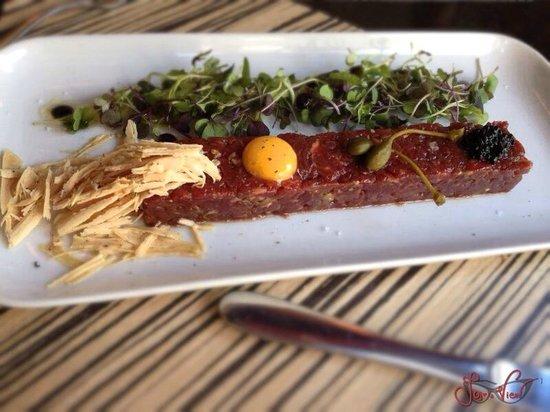 Metro Bistro - Templo de Debod : steak tartare: con huevo, trufa, foie-gras y vegetales.