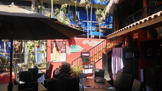Salvatore's Italian Restaurant: Great Indoor/outdoor set up!