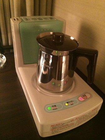 Hotel Metropolitan Edmont Tokyo: Kettle and Humidifier