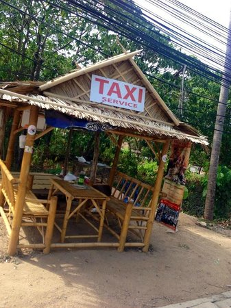 Karon Hill Condo: Taxi stand in front of the entrance