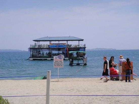 Blue Rock Beach Resort : flowting bar