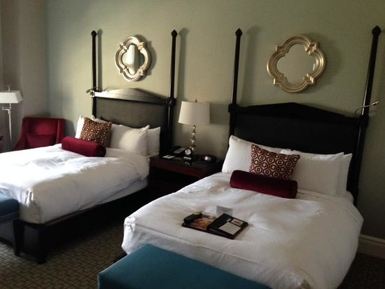 Fairmont Chateau Laurier: 2nd Floor Room, double beds