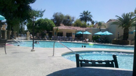 Scottsdale Plaza Resort: Lower level pool and hot tub