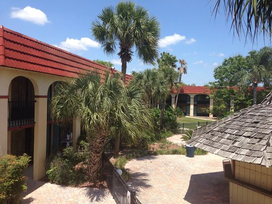 Maingate Lakeside Resort : Outside main gate