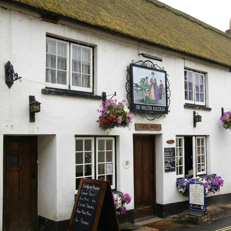 The Sir Walter Raleigh: 16th century village inn