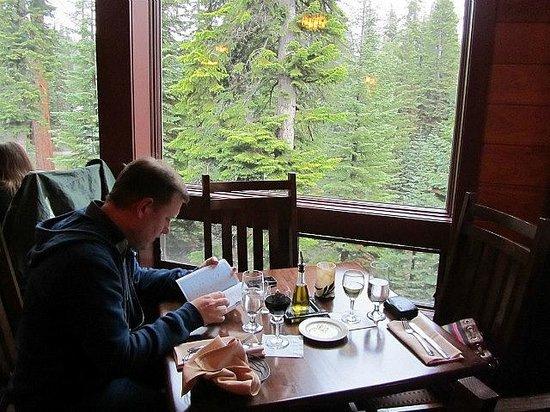 Wuksachi Lodge: Speisesaal mit Blick ins Grüne