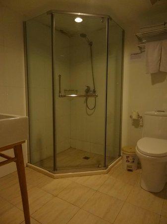 Mingtown Nanjing Road Youth Hostel: Bathroom - shower