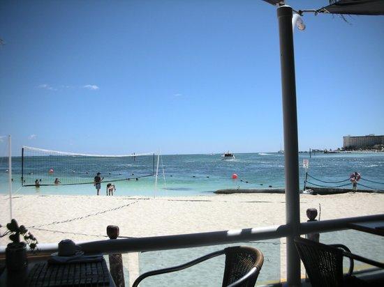Occidental Costa Cancun: Vista a la playa desde el restaurante Albatros