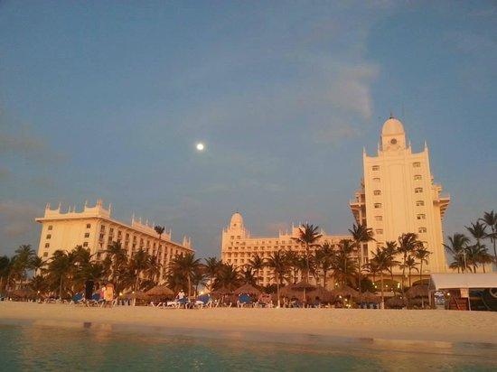 Hotel Riu Palace Aruba: Atardecer en la playa