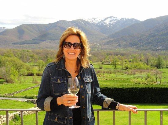El Remanso de Gredos: Wine on the patio!!! BOOM!