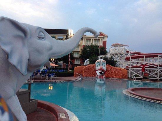 Disney's BoardWalk Villas: ヴィラ側のプール。 昼間は音楽が流れて賑やかです。