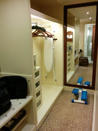 ITC Windsor, Bengaluru: Storage/Dressing Area