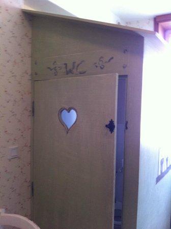 Hotel de La Cote Fleurie : Toilettes au milieu de la chambre !