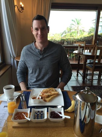 The Bay Atlantic Guest House: Husband happy with his french toast