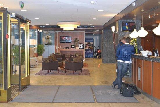 BEST WESTERN PLUS Hotel Haaga: ресепшн