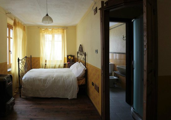 camera da letto gialla - Picture of Mulin Turcin, Coassolo Torinese ...