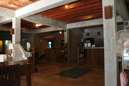 Thai Thai Sukhothai Guest House: Receptionist and dining hall. I love the design in both Thai and Modern look