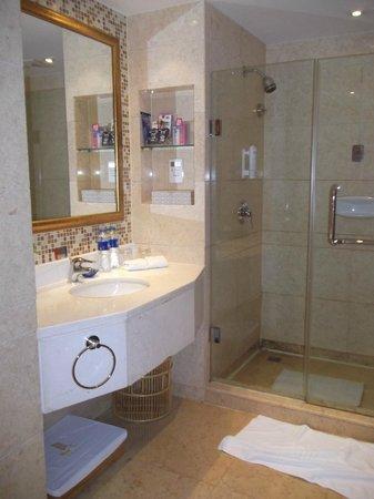 Golden Jade Sunshine Hotel: 2nd part of the huge bathroom