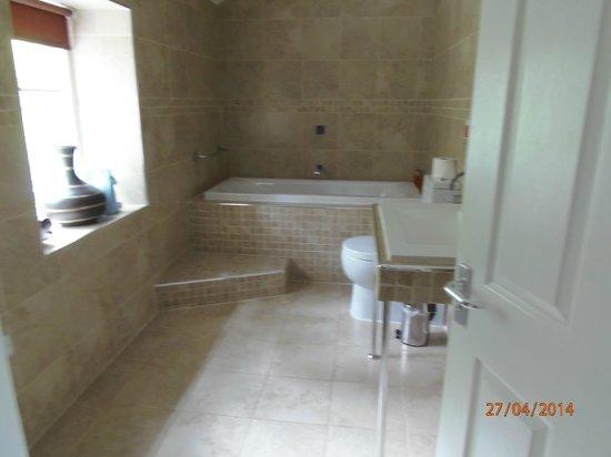 Ravenstone Lodge Hotel: bathroom