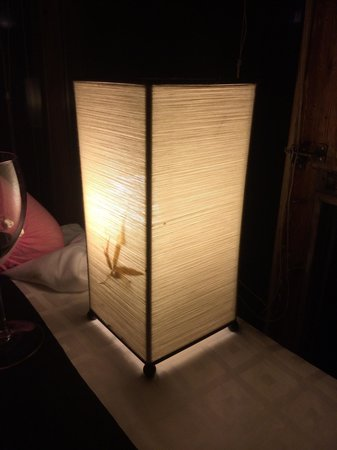Restaurante Hotel Valle de Pineta: Lámpara en mesas al lado del ventanal. Dan un aire muy romántico.