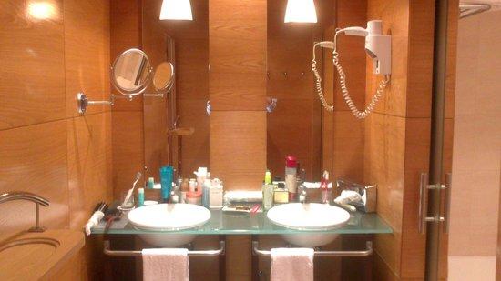 Alanda Hotel Marbella: Aunque la madera cubre una esquina de la bañera y se estropea fácilmente, del aseo no hay queja.