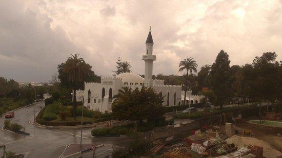 Alanda Hotel Marbella : Una preciosa mezquita que respeta y merece el respeto de clientes. Una magnífica estampa.