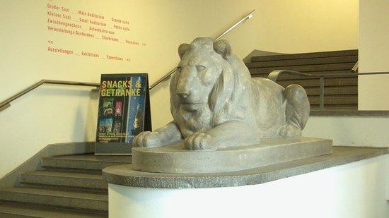 Deutsches Hygiene-Museum: Löwenskulptur am Eingang