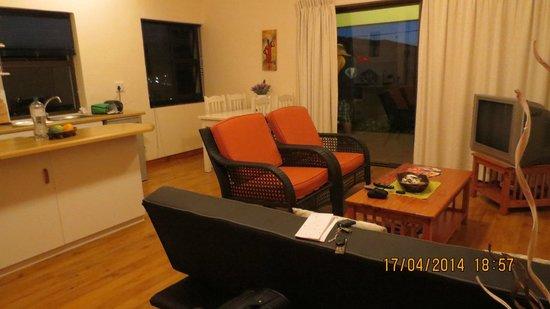 Guesthouse Summerlight : Wohnbereich mit Küche und Ausgang zur Terasse