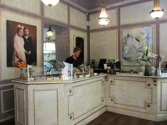 Café Scholl: Theke im Eingangsbereich