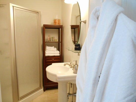 Bayberry House Bed & Breakfast: The Sage Room's Modern Bathroom