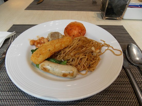 Novotel Hong Kong Nathan Road Kowloon : Breakfast dish with not very nice noodles