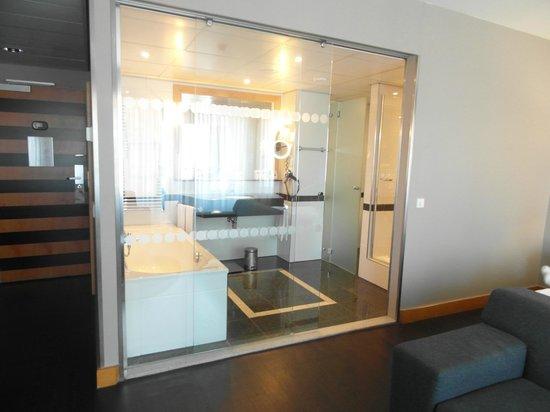 Swissotel Amsterdam: amplio y moderno baño