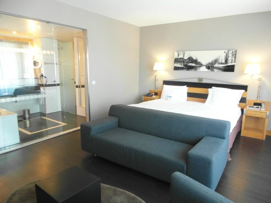 Swissotel Amsterdam: iluminada y amplia habitación
