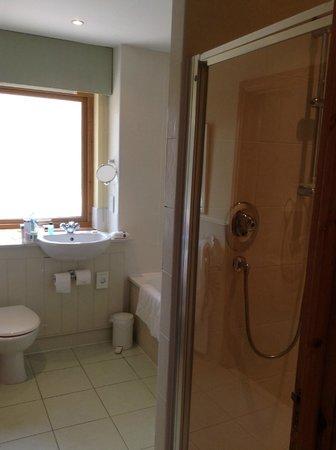 Luxury Woodland Lodges at Macdonald Aviemore Resort: King sized room en suite