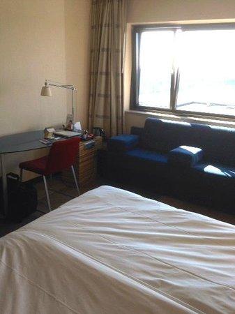 Mövenpick Hotel Amsterdam City Centre : Small desk & tea pot.
